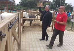 Zanengo, visita del vescovo all'Isla de Burro
