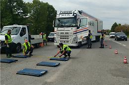 Controlli sui pesi dei mezzi pesanti in transito sul Ponte del Po