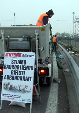 Impennata di rifiuti abbandonati: raccolta mezza tonnellata