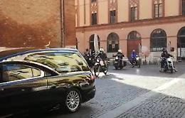 Il feretro di Roby Maldotti accompagnato dagli amici in moto