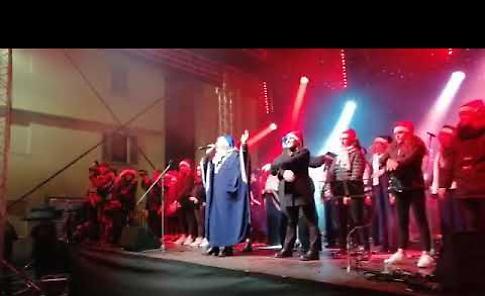 VIDEO Maxi albero, luci, coro gospel e danza