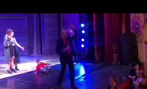 VIDEO Il brindisi di Capodanno al teatro Ponchielli al termine del musical The Full Monty