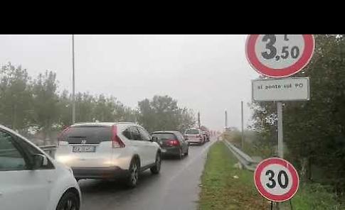 VIDEO Ponte Verdi, sagomatura anti camion: autista costretto a invertire la marcia