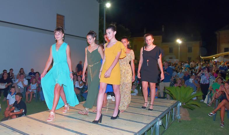 Vicoboneghisio, sfilata di moda in memoria della maestra Rosi