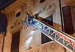 FOTO l'intervento in quota dei pompieri a palazzo Vidoni