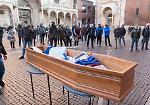 FOTO Il 'funerale del commercio': la protesta degli esercenti in piazza a Cremona