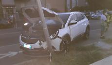Auto investe pedone e finisce contro un palo: due feriti