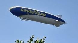 Un dirigibile nei cieli dell'Oglio Po: tutti col naso in su