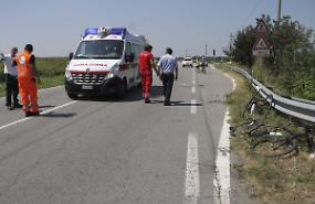Auto pirata travolge un gruppo di ciclisti: cremonesi feriti