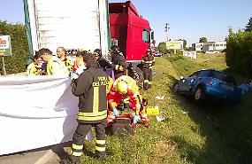 Frontale tra auto e camion, grave una donna
