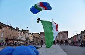 FOTO - Per Rossano scende dal cielo un maxi tricolore