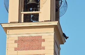 FOTO Minaccia di buttarsi dal campanile di Roncadello, salvato