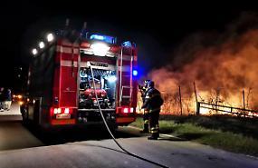 Incendio di sterpaglie, vigili del fuoco in azione