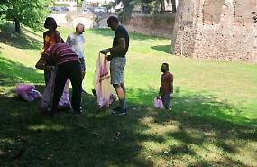 Volontari in campo per ripulire l'area verde di via Crispi
