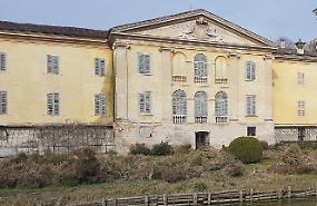 Villa Sommi denudata: il parassita ha divorato la siepe