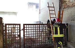 Incendio sterpaglie vicino a un garage, nessun ferito
