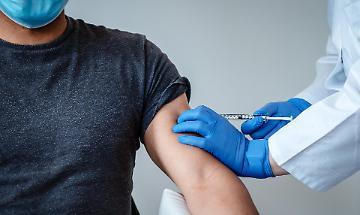 Vaccinazioni: «Da lunedì al via le prenotazioni per la fascia 50-59»