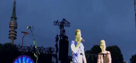 """Germania, la richiesta del fan: """"Posso suonare per voi?"""". E i Coldplay lo invitano sul palco"""