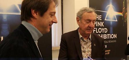 Mostra Pink Floyd: Mason a Roma e il vicesindaco Bergamo si fa autografare album degli anni '70