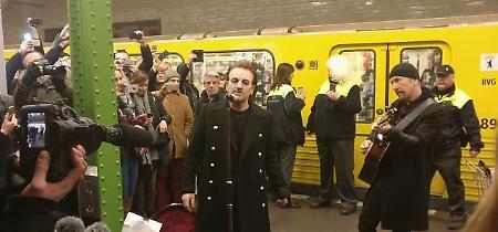 Berlino, Bono e The Edge suonano a sorpresa sulla linea U2 del metrò