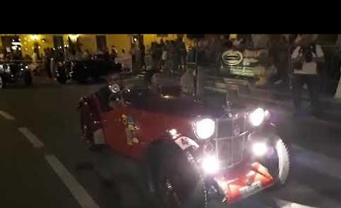 VIDEO Auto d'epoca, folla in paese