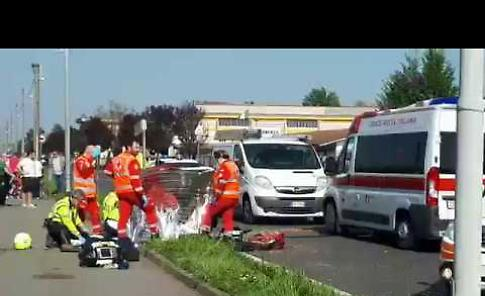 VIDEO Incidente moto-furgone, grave scooterista