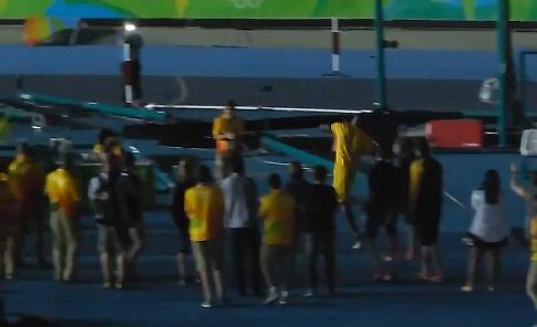 Rio 2016, sorpresa Bolt dopo il terzo oro: lancia giavellotto nello stadio deserto