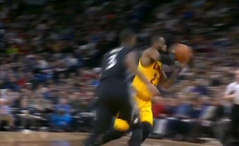 Nba, il 'no look' di LeBron James: il passaggio è un colpo di gran classe