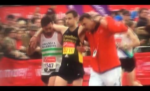 Maratona di Londra, atleta si ferma e accompagna al traguardo il podista in difficoltà