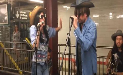 New York, sorpresa nel metrò: Miley Cyrus canta in incognito (con Jimmy Fallon)