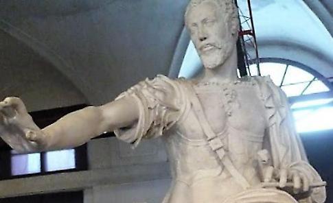 La statua parlante di Vespasiano cicerone per i turisti