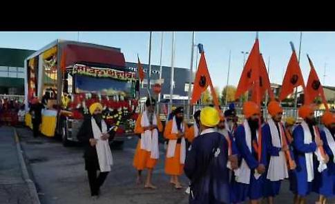 La festa dei sikh, tra sfilate e duelli