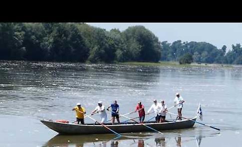 VIDEO Da Cremona al Delta, il passaggio della barca coi navigatori cremonesi a Casalmaggiore
