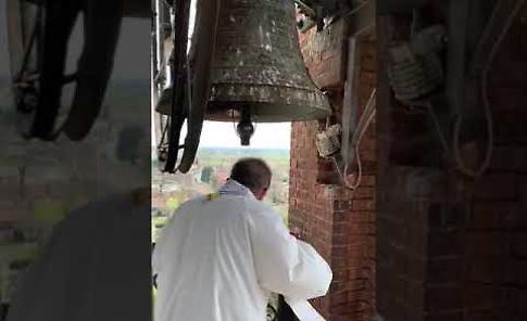 VIDEO Coronavirus, don Lorenzo Roncali benedice Crema dal campanile del duomo