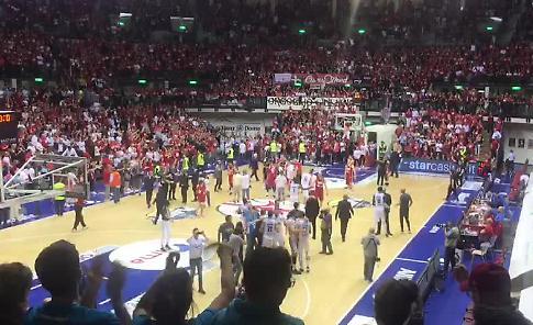 VIDEO La Vanoli batte Trieste 81-78 e vola in semifinale: la gioia dei tifosi cremonesi