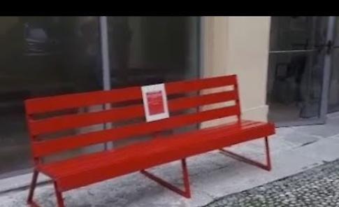 VIDEO Panchina rossa installata in Tribunale a Cremona