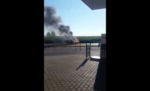 Terribile schianto: l'auto prende fuoco