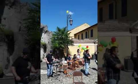 VIDEO La musica del bongo per l'ultimo saluto a Manuel