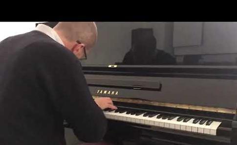 VIDEO  Il sindaco musicista prova il nuovo pianoforte del Centro diurno