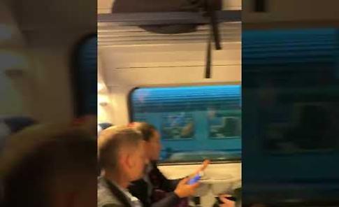 I treni pieni, le persone viaggiano in piedi