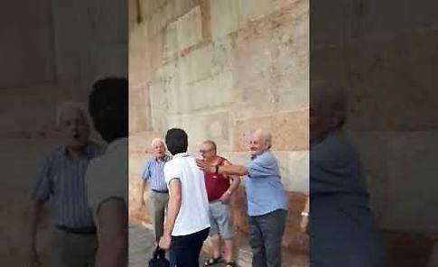 VIDEO Il confermato sindaco Gianluca Galimberti festeggiato in piazza del Comune