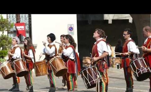 VIDEO Esibizione gruppo storico Sbandieratori e Musici dei Dovara di Isola Dovarese per il 65esimo dell'Avis