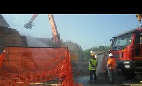 Il video della demolizione del palazzo