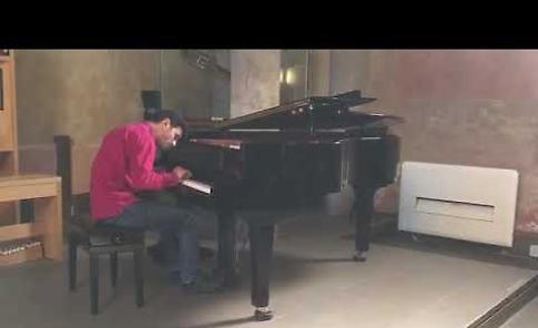 VIDEO Aeham Ahmad, il pianista di Yarmouk, a Cremona alla scuola di liuteria