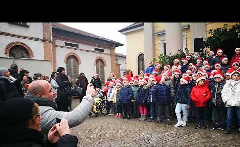 VIDEO Elementari di Vailate canto finale del Natale itinerante