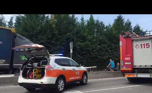 VIDEO Camion travolge semaforo a Caorso