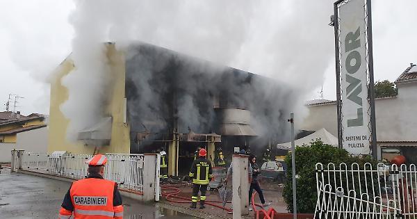 Vasto incendio alla Lavor Store, salvata una donna - La Provincia