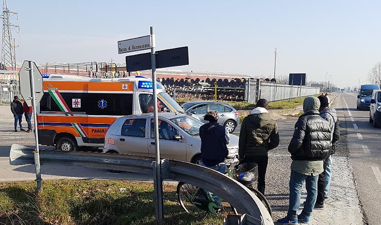Ciclista travolta, una 40enne finisce all'ospedale